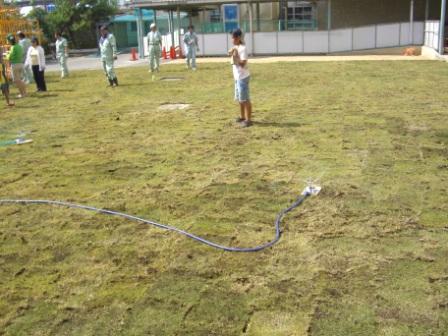 2009.9.5 東小学校の小運動場で芝生が植えられました。 お手伝いに参加しました。