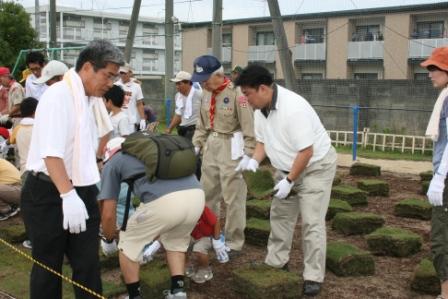 2009.9.5東小学校の小運動場で芝生が植えられました。 お手伝いに参加しました。