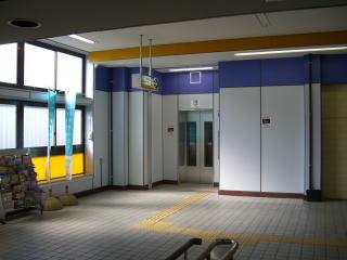 2009.3 南海貝塚駅にエレベーターが設置・供用開始されました。これまで多くの方の努力が身を結びました。お年寄りや障がいをお持の方々にも優しいまちをめざしたいです