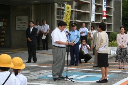2010.9.7 秋の全国交通安全キャラバン隊が貝塚市役所を訪れ、議会を代表して色紙を手渡しました