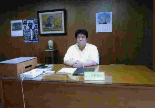 2010.6 議長室にて業務を行う(貝塚市議会は6月~9月までクールビズの取り組みを行っています)
