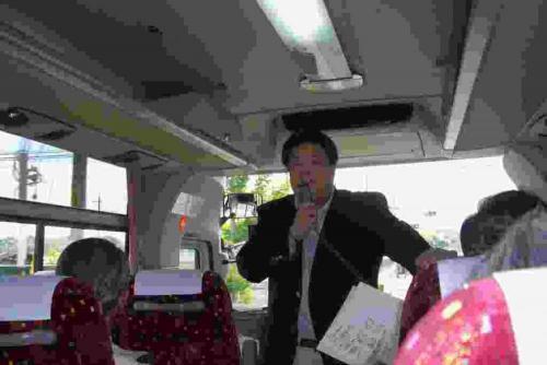 2010.5.16 東町会親睦旅行の車中にて挨拶する南野市議