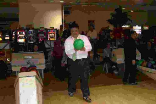 2010.4.24 ボーリングを楽しむ南野市議