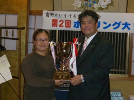 2011.11.12 第2回ボーリング大会にて優勝者の田端さんと
