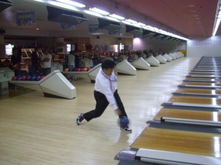 2011.11.12 第2回ボーリング大会始球式を行う南野市議