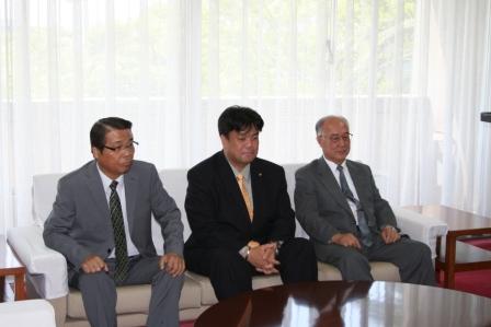 2011.5,18 奥野学前議長・宮本たかし前監査と共に藤原龍男市長より感謝状を受けました。