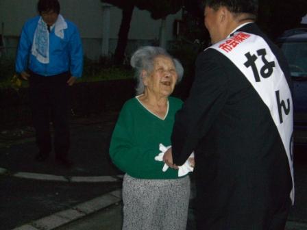2011.4.21 支援者の皆さんと握手する南野市議