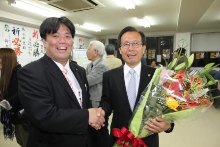 2011.4.10 大阪府議会議員選挙で3期目当選を果たした、今井豊府議会議員とがっちり握手