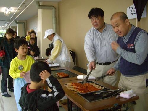 2009.4.25. 東小学校「子ども広場」にてフランクフルトを焼く