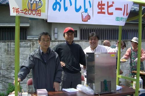 2010.4.18 地元東町会の春まつりにて生ビールを販売する