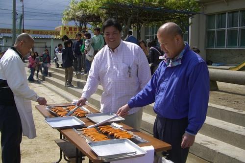 2010.4.24 東小学校子ども広場にて地元町会出店の「フランクフルト」を焼く