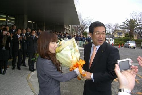 2010.2.12 藤原龍男新貝塚市長の初登庁