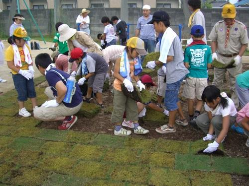 2009.7.19 東小学校の校庭で芝生が植えられました。 お手伝いに参加しました。