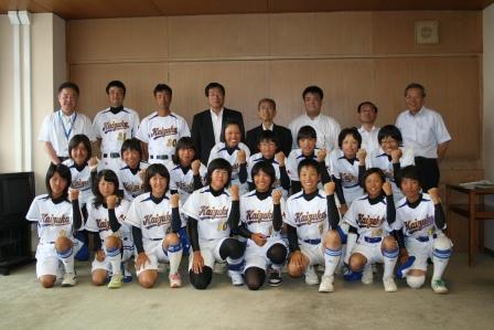 2010.8.12 ソフトボール女子全国大会に出場する貝塚クラブの表敬訪問を受ける(藤原市長・泉谷議長とともに)