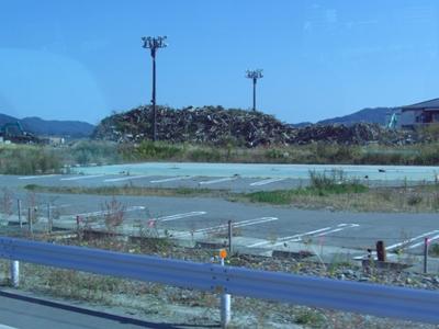 2012.10.22  競技場にはがれきが山積み