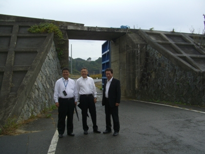 2012.10.23  海抜10mのスーパー堤防の前で 岩手県宮古市