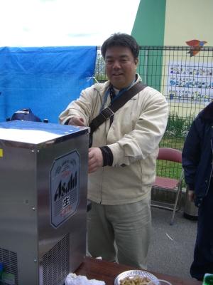 2013.4.21  地元「東春まつり」にて生ビールを販売する南野市議