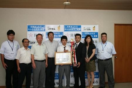 2014.8.5  貝塚市在住の高校一年生島田くんが全日本少年少女空手道選手権大会優勝の報告にこられました。