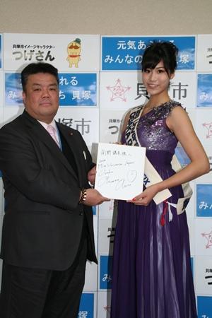 2015.2.10 岡根安里さんがサイン色紙を用意してくれていました。