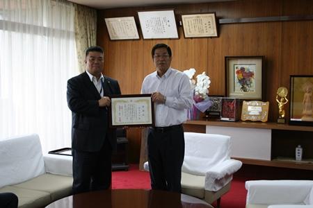 2015.5.19  臨時議会終了後、藤原龍男市長より感謝状が贈呈されました