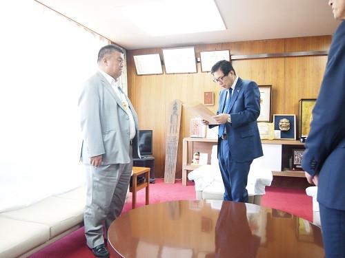 2018.5.21 監査委員就任に際し藤原龍男市長より辞令を受け取る南野市議